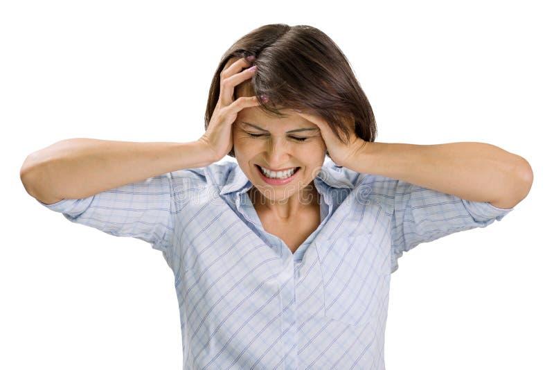 Porträt der traurigen reifen Frau, der geschlossenen Augen und der Ohren, schreiend in der Verzweiflung, weißer Hintergrund lokal lizenzfreie stockfotos