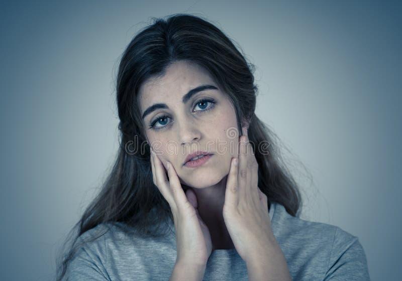 Porträt der traurigen und deprimierten Frau Lokalisiert im weißen Hintergrund Menschliche Ausdrücke und Gefühle stockbild