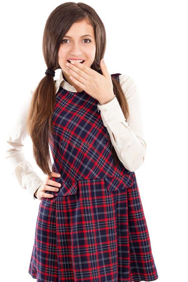 Porträt der verlegenen Schulmädchenholding überreichen ihren Mund lizenzfreies stockbild