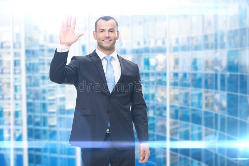 Porträt der wellenartig bewegenden Hand des Geschäftsmannes stockfotografie