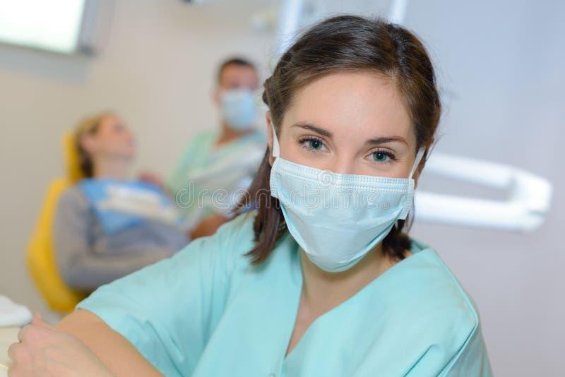 Porträt der zahnmedizinischen Arbeitskraft stockbild