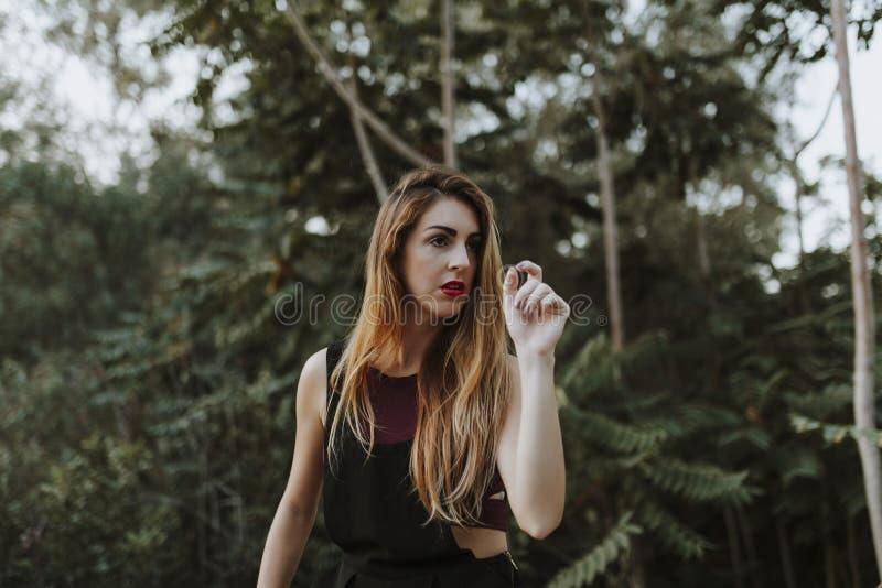 Porträt der zufälligen alternativen Frau im Wald stockbild