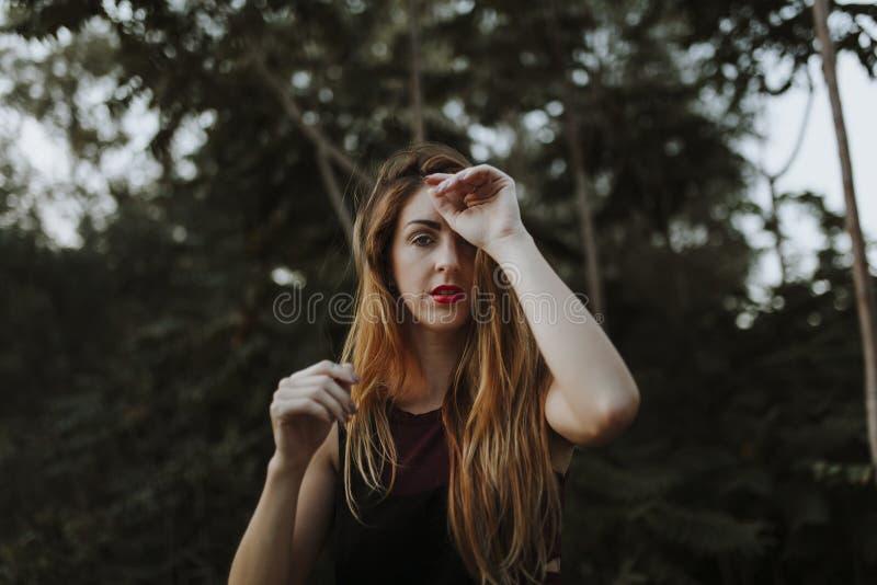 Porträt der zufälligen alternativen Frau im Wald lizenzfreie stockfotografie
