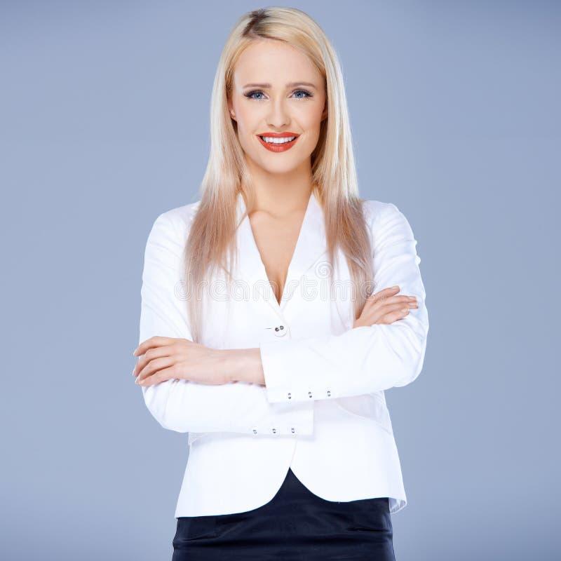 Porträt der zufälligen gekleideten blonden Frau lizenzfreie stockfotos
