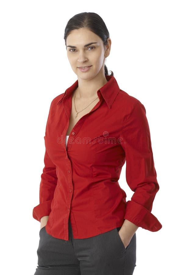 Porträt der zufälligen jungen Frau in der roten Bluse lizenzfreies stockbild