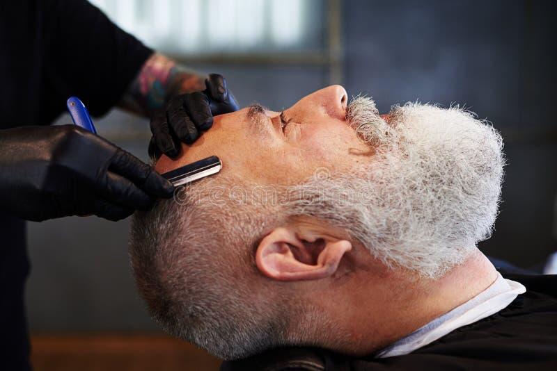 Porträt des älteren bärtigen Mannes im Friseursalon lizenzfreies stockfoto