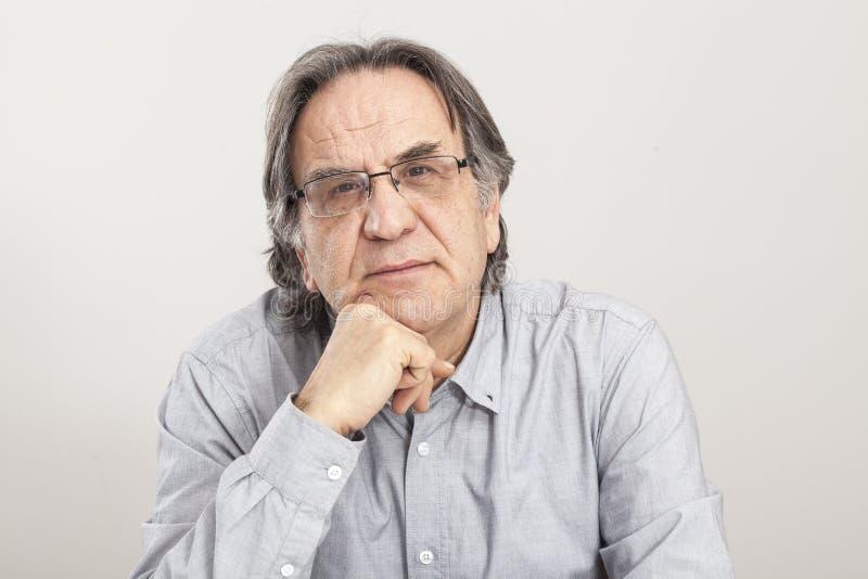 Porträt des älteren Mannes auf grauem Hintergrund lizenzfreie stockbilder
