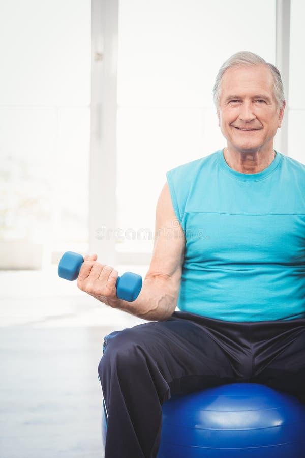 Porträt des älteren Mannes Dummkopf halten lizenzfreie stockfotografie
