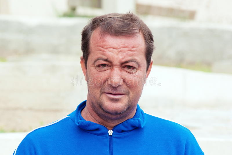 Porträt des älteren Mannes kleidete in der blauen Hemdaufstellung im Freienan lizenzfreie stockfotos