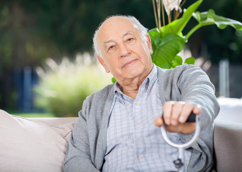 Porträt des älteren Mannes Metallstock halten lizenzfreies stockfoto