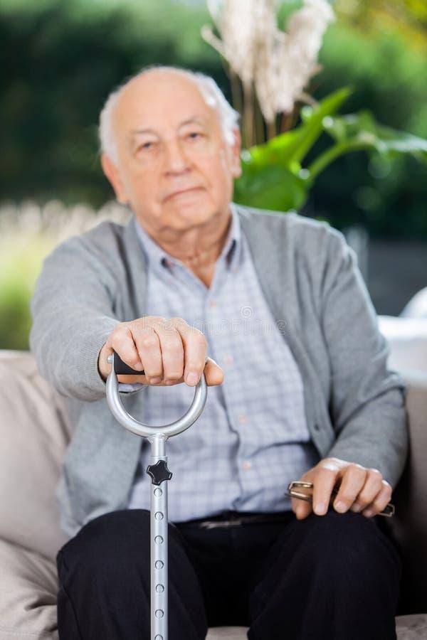 Porträt des älteren Mannes Metallstock halten lizenzfreie stockfotos