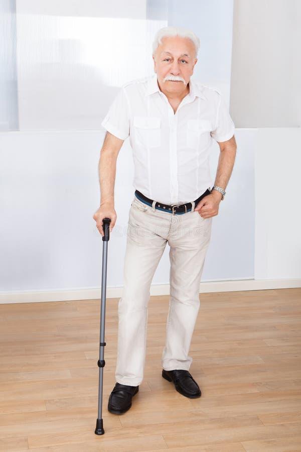 Porträt des älteren Mannes mit Spazierstock lizenzfreie stockfotos