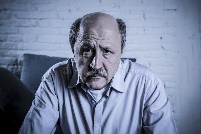 Porträt des älteren reifen alten Mannes auf seiner zu Hause Couch 60s allein lizenzfreie stockfotos