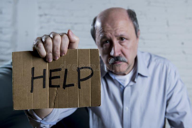 Porträt des älteren reifen alten Mannes auf seiner zu Hause traurigen leidenden Krise des alleingefühls der Couch 60s bitten um H lizenzfreie stockfotos