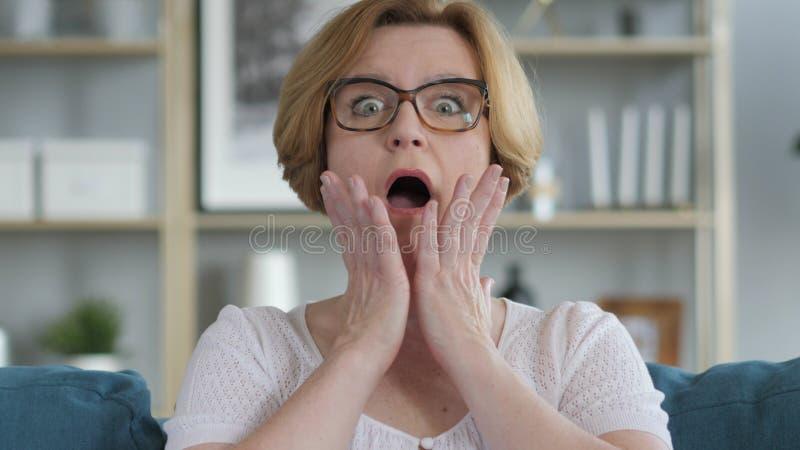 Porträt des überraschten, überraschten alte Frauen-Wunderns lizenzfreie stockfotografie