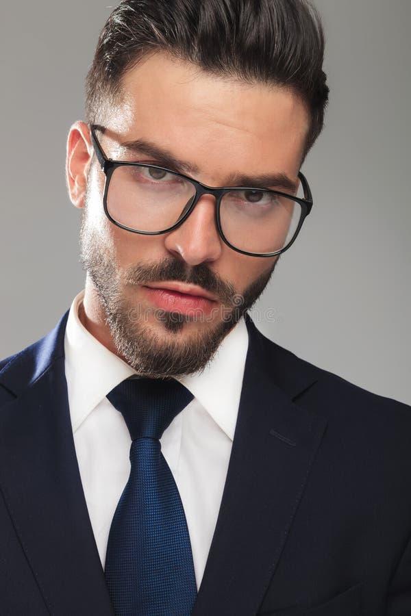 Porträt des überraschten Geschäftsmannes mit Brillen lizenzfreie stockfotos