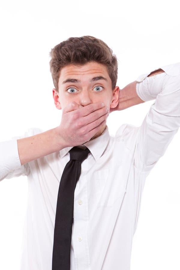 Porträt des überraschten Jungen, der seinen Mund bedeckt stockbild
