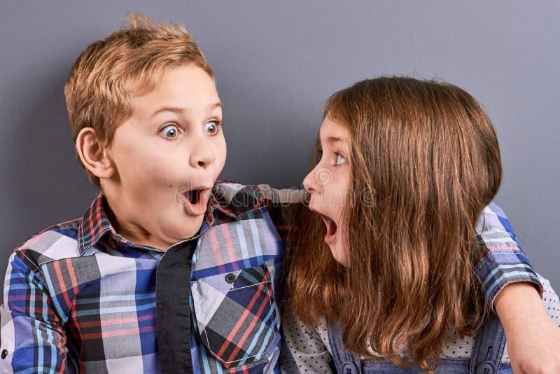Porträt des überraschten kleinen Jungen und des Mädchens lizenzfreies stockbild