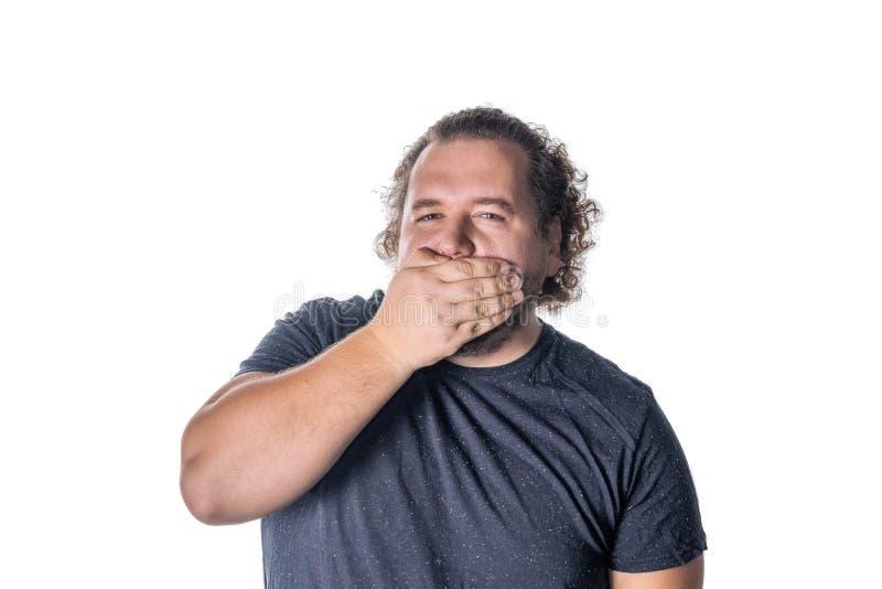 Porträt des überraschten Mannes, der seinen Mund über weißem Hintergrund bedeckt stockfoto