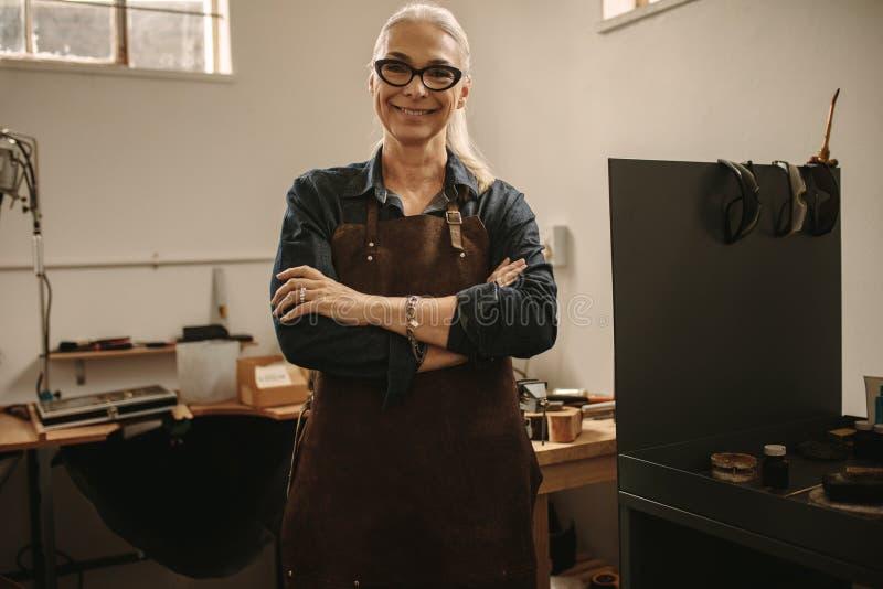 Porträt des überzeugten älteren weiblichen Juweliers stockfotos