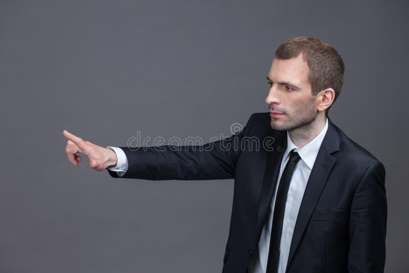 Porträt des überzeugten Geschäftsmannes, der Handzeichen zeigt stockbilder