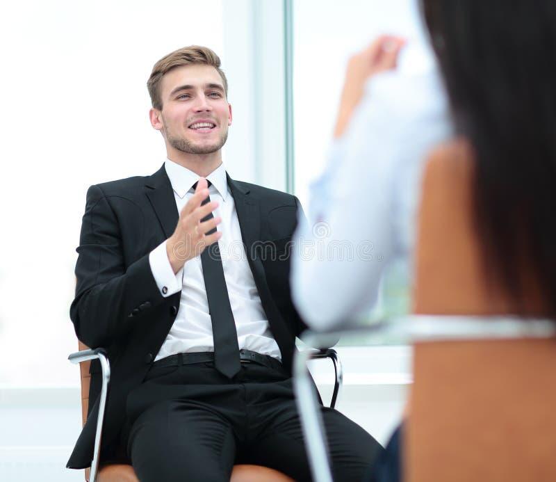 Porträt des überzeugten Geschäftsmannes, der mit seinem Kollegen sich bespricht stockbild