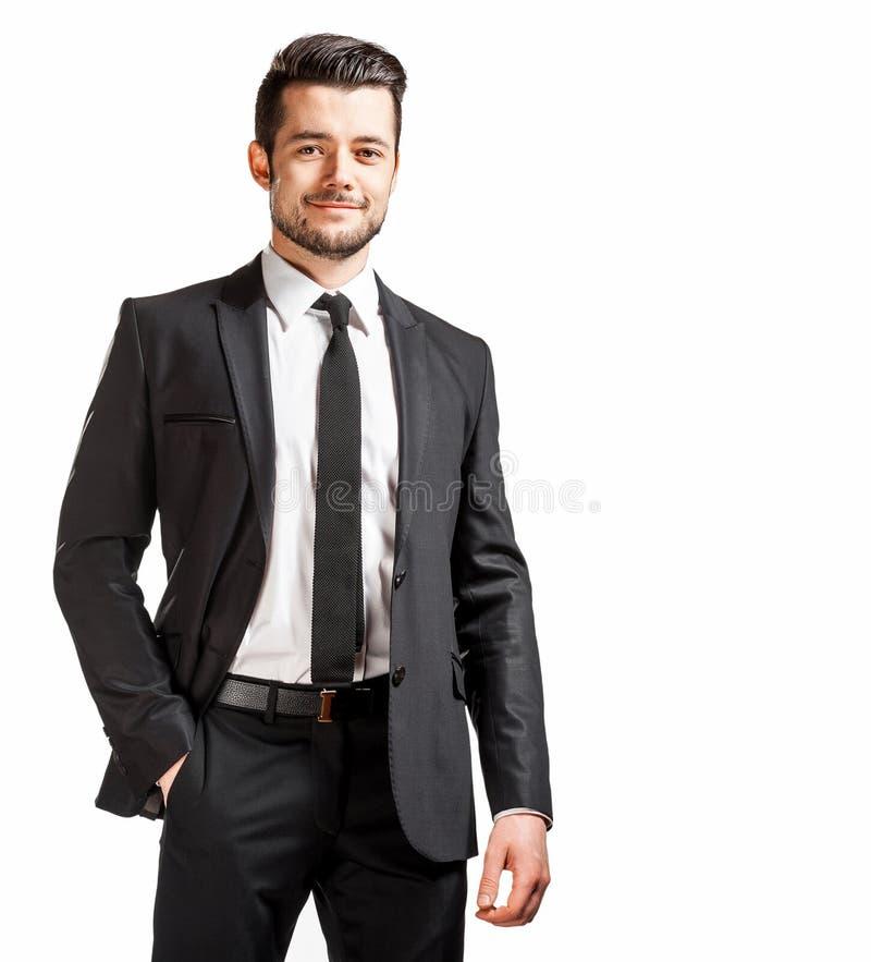 Porträt des überzeugten gutaussehenden Mannes im schwarzen Anzug mit bowtie lizenzfreie stockbilder