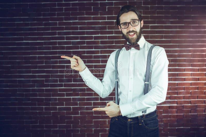 Porträt des überzeugten Hippie-Gestikulierens stockfoto