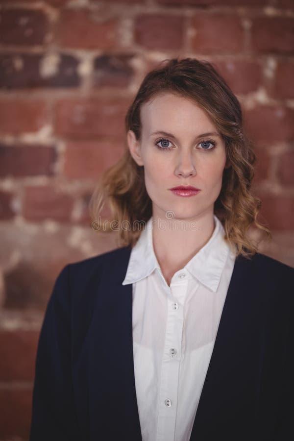 Porträt des überzeugten jungen attraktiven weiblichen Herausgebers an der Kaffeestube lizenzfreies stockfoto