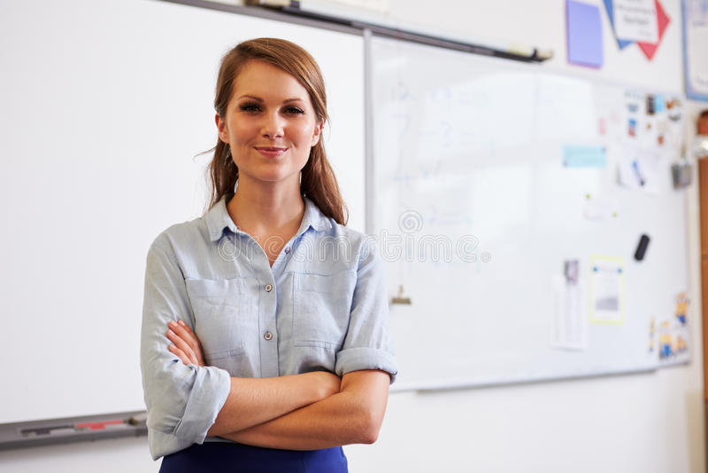 Porträt des überzeugten jungen kaukasischen weiblichen Lehrers stockfotos