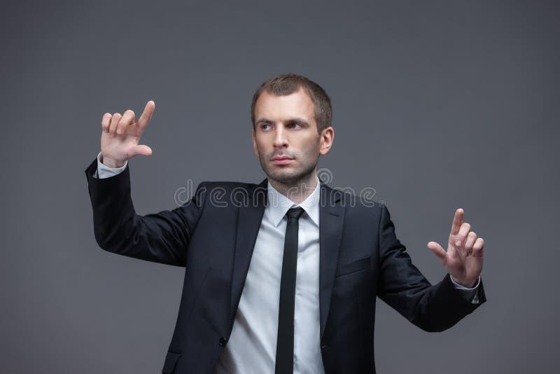 Porträt des überzeugten Managers Handzeichen zeigend stockfotos