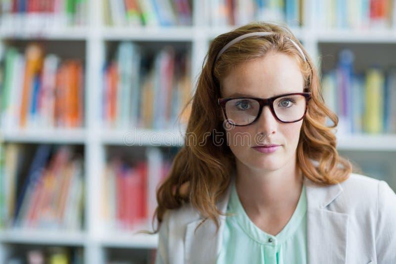 Porträt des überzeugten Schullehrers in der Bibliothek stockfoto