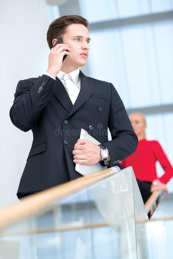 Porträt des überzeugten und motivierten Geschäftsmannes mit Handy stockfotos