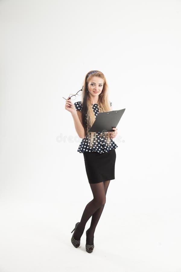 Porträt des überzeugten weiblichen Verwalters in den Gläsern mit Papier lizenzfreies stockbild