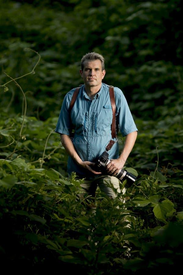 Porträt des Abenteuerphotographen im Dschungel stockfoto