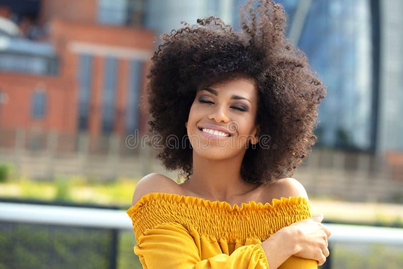 Porträt des Afromädchens in der Stadt lizenzfreie stockfotografie