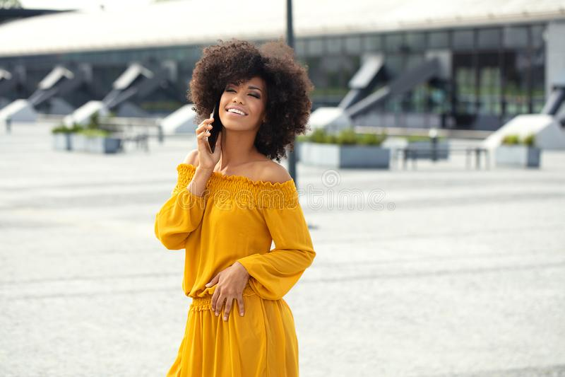Porträt des Afromädchens in der Stadt lizenzfreies stockbild