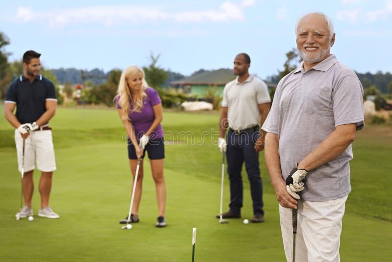 Porträt des aktiven Seniors auf dem Golfplatz lizenzfreie stockbilder