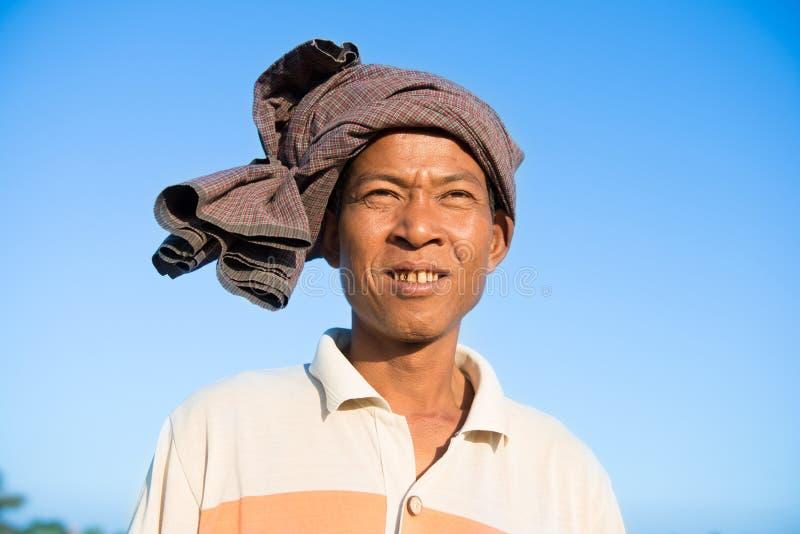 Porträt des asiatischen birmanischen traditionellen Landwirts lizenzfreie stockbilder