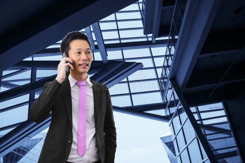 Porträt des asiatischen Geschäftsmannes sprechend am Telefon lizenzfreie stockfotos