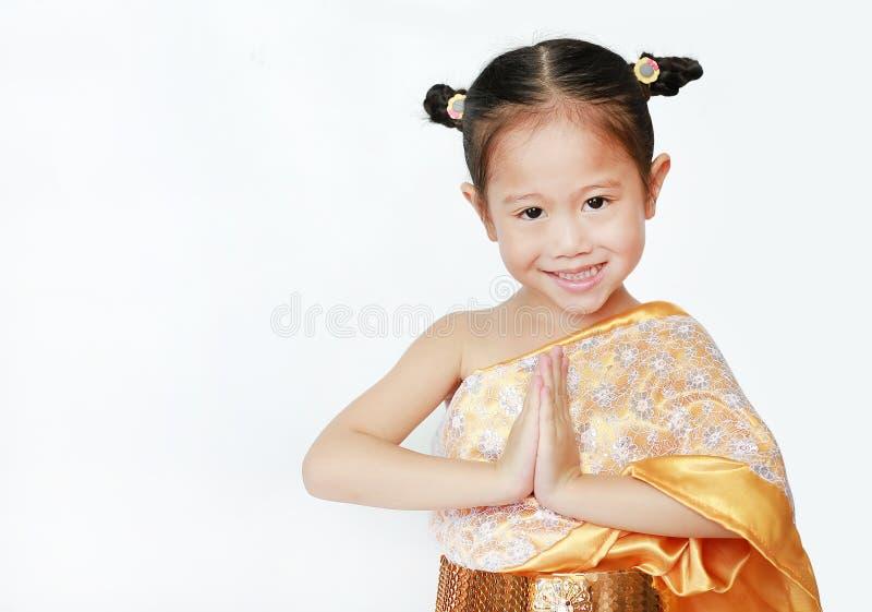 Porträt des asiatischen Kindermädchens im traditionellen thailändischen Kleiderbeten lokalisiert auf weißem Hintergrund Sawasdee  lizenzfreie stockfotografie