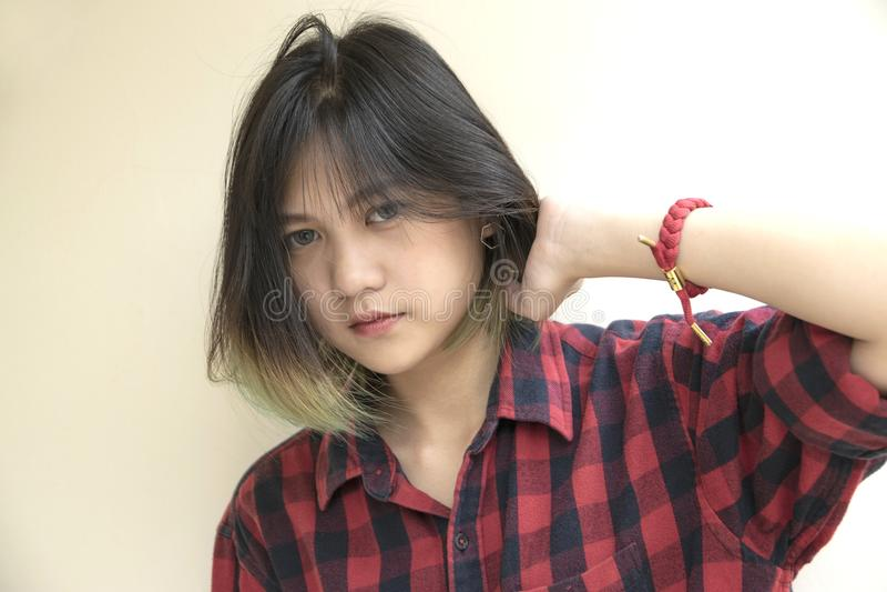 Porträt des asiatischen Mädchens mit dem Betrachten der Kamera auf weißem backgroun stockfotografie