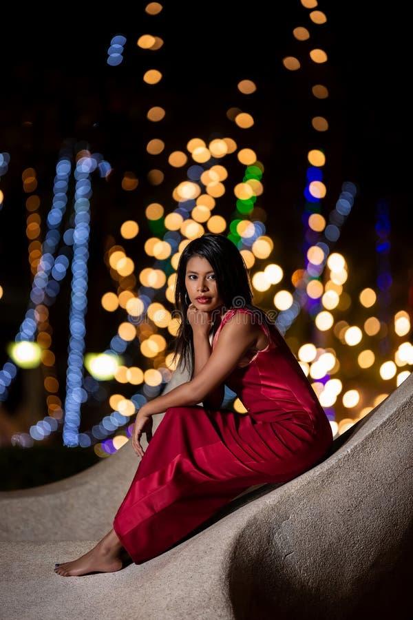 Porträt des asiatischen Mädchens mit unscharfen Nachtstadtlichtern stockfotografie