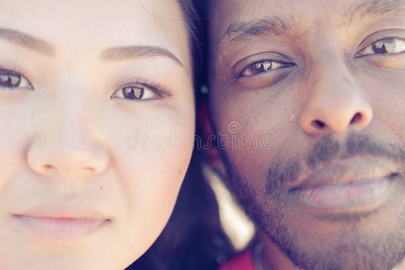 Porträt des asiatischen Mädchens und des schwarzen Mannes lizenzfreies stockfoto