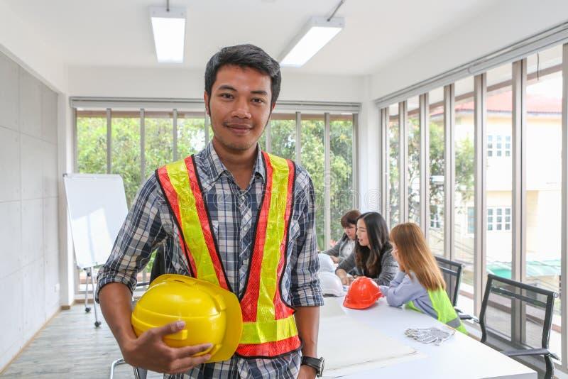 Porträt des asiatischen männlichen Auftragnehmeringenieurs im Konferenzzimmer im Büro Elektrikertischler oder technische operater stockbild
