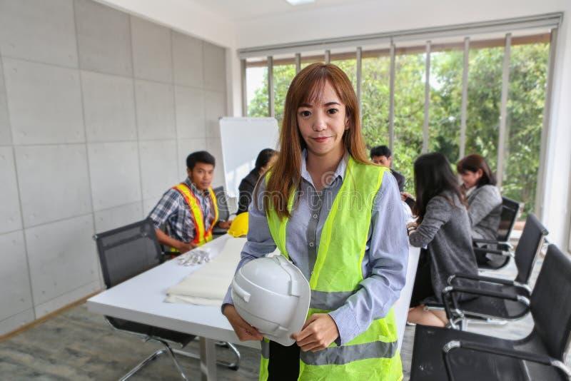 Porträt des asiatischen männlichen Auftragnehmeringenieurs im Konferenzzimmer im Büro Elektrikertischler oder technische operater lizenzfreie stockbilder