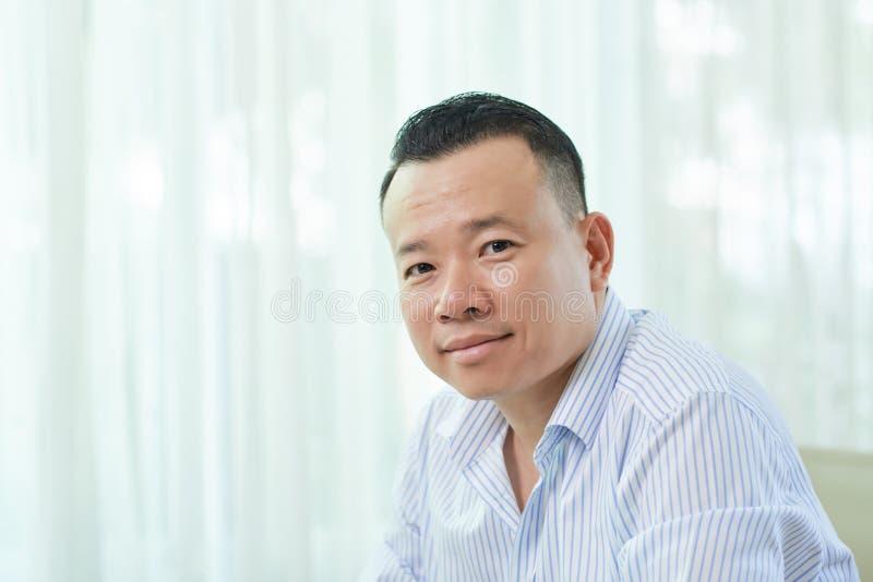 Porträt des asiatischen mittleren erwachsenen Mannes stockfoto