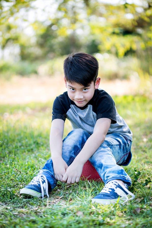 Porträt des asiatischen netten kleinen Jungen am Park lizenzfreies stockbild