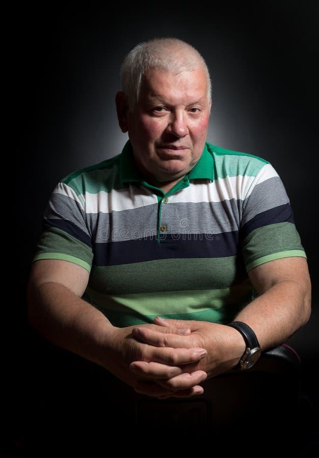 Porträt des attraktiven älteren Mannes lizenzfreie stockbilder