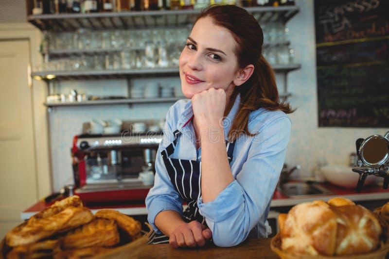 Porträt des attraktiven barista am Zähler im Café stockbilder